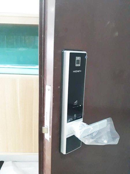 khóa cửa điện tử vân tay giá rẻ
