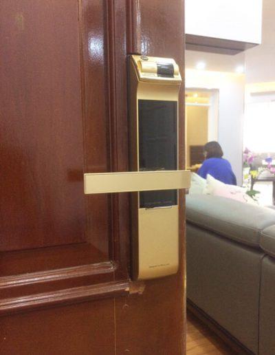 khóa cửa điện tử vân tay yale